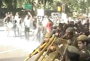 Delhi gang-rape: Angry protesters face water canons at Delhi chief minister's home