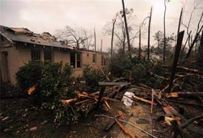 Homes wrecked, dozen hurt in Mississippi tornado