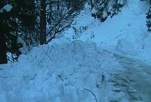 Snow shuts Jammu-Srinagar National Highway, avalanche warning issued