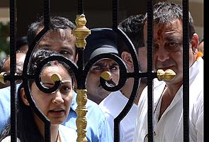 Sanjay Dutt surrenders, is mobbed as he reaches court