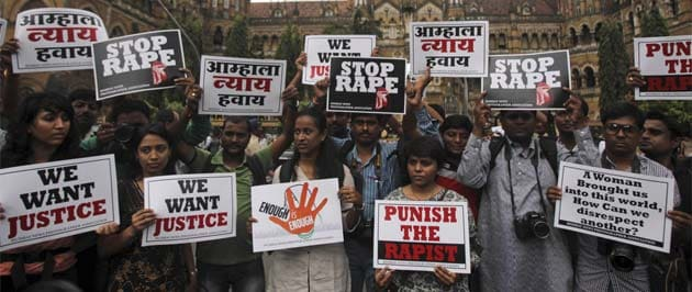 Mumbai gang-rape: phone used to take her photos is missing