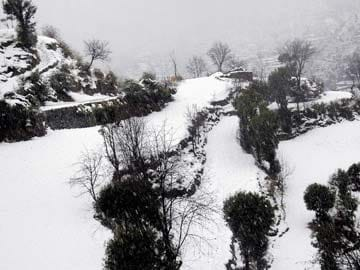 High reaches of Himachal Pradesh covered in snow, Rohtang Pass closed