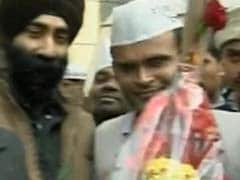 At Arvind Kejriwal's Kaushambi home, a jhaadu bouquet and blessings