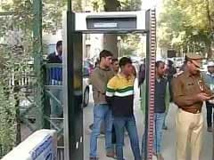 Arvind Kejriwal calls in police to control crowd outside house