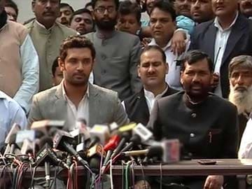 Deadlock with RJD-Congress, all options open including tie-up with BJP: Ram Vilas Paswan