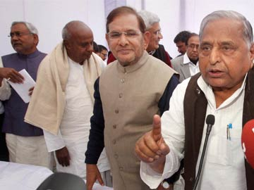 Nitish Kumar, Mulayam Singh Yadav in 11-party front to battle Congress, BJP in Lok Sabha polls