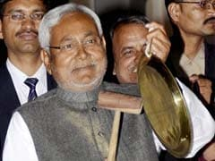 Nitish Kumar beats utensil to protest 'special status' denial