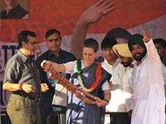 'United' Congress stands confidently at Sonia Gandhi's rally in Delhi