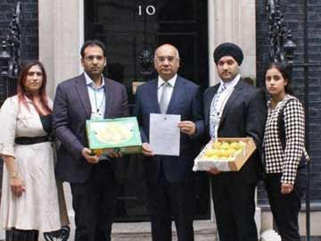 Keith Vaz gives boxes of Indian Alphonso mangoes to British PM David Cameron