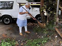 With a Broom, PM Narendra Modi Tackled Garbage at Police Station Too
