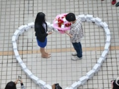 He Proposed With a Heart Made of 99 iPhone 6s. She Said No