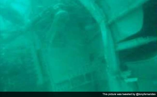 Divers Looking for Black Boxes in Crashed AirAsia Plane