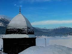 Srinagar Receives Season's First Snowfall, Avalanche Warning for Higher Reaches of Kashmir