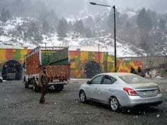 Jammu-Srinagar National Highway Closed for Second Day Due to Heavy Snow, Landslides