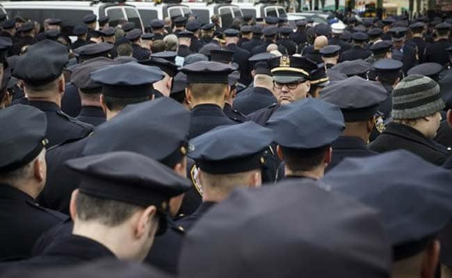 New York Mayor Eulogizes Slain Officer as Police Officers Outside Turn Backs