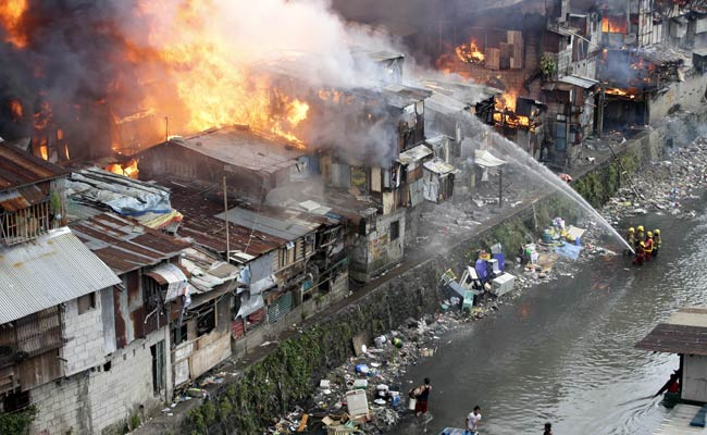 Huge Fire Razes Philippine Shanties, Killing 3