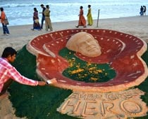 Sand tribute to Dev Anand