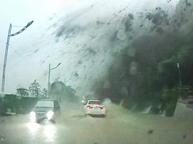 Video : Dramatic moment when part of a mountain crashed next to a car
