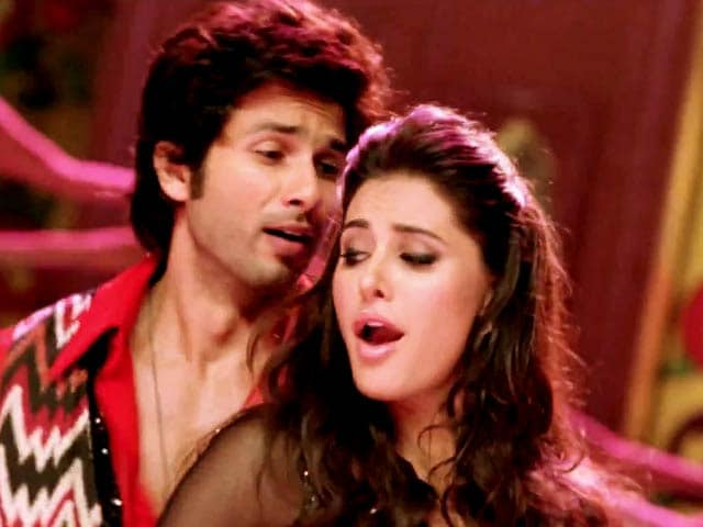 Video : Shahid, Nargis set the screen ablaze in Dhating Naach song