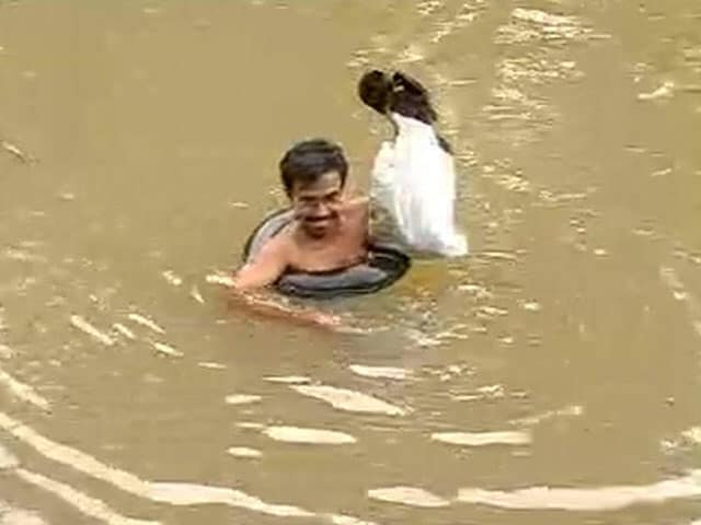 Video : A teacher who swims through a river everyday to get to his students