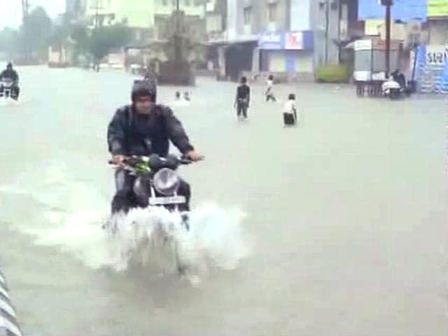 Video : गुजरात में बाढ़ : सड़क, रेल यातायात बाधित