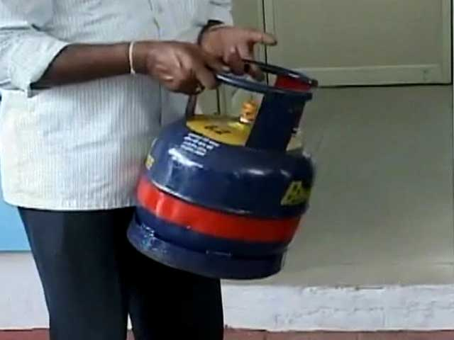 Video : Veerappa Moily unveils five kg cooking gas cylinder in Bangalore