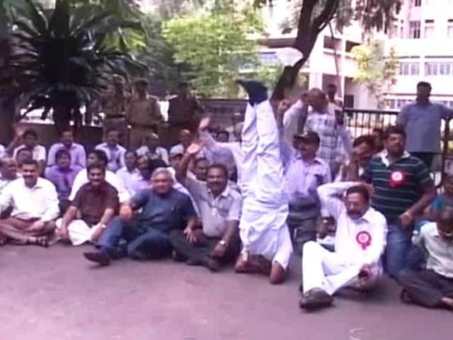 Video : Telangana fallout: Unpaid yet united for Andhra