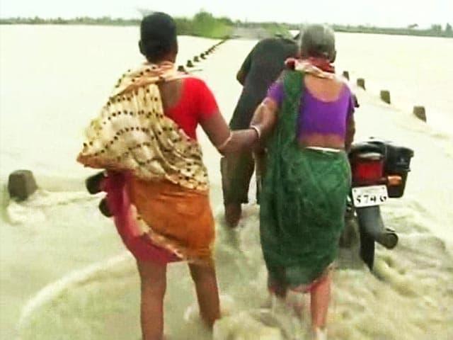 Video : Cyclone Phailin moves inland, flood threat in Chhattisgarh, Bihar