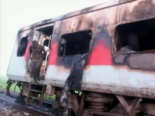 Video : असम : राजधानी एक्स की पेंट्री कार में आग लगी