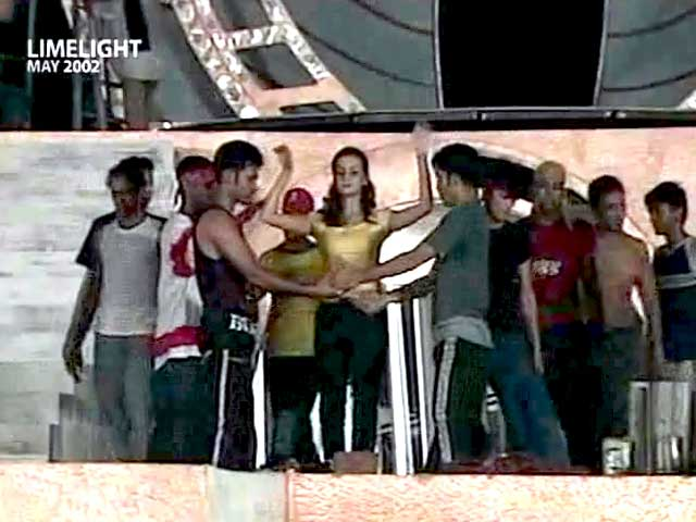 Video : Limelight: Can Dia dance like Madhuri and Sridevi? (Aired: May 2002)