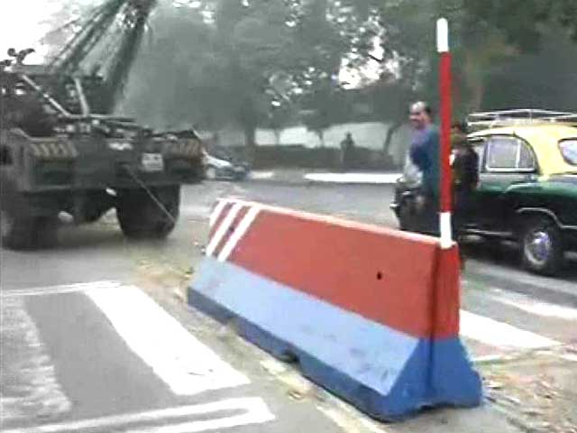 Video : Devyani Khobragade's arrest: police lift barricades outside US embassy in Delhi