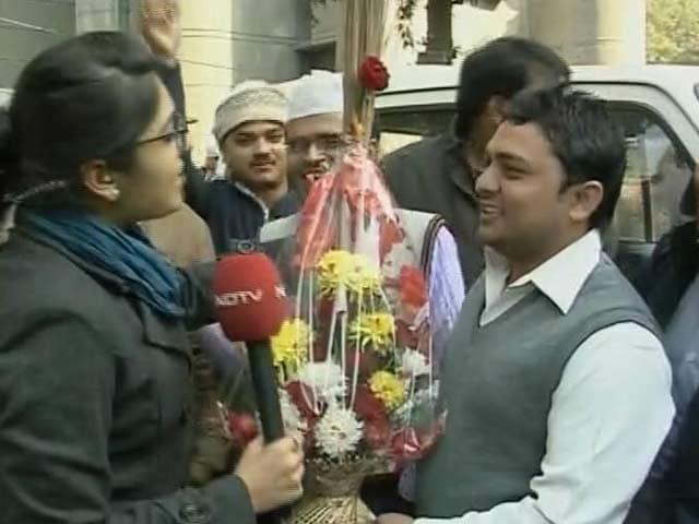 Video : At Kejriwal's Kaushambi home, a <i>jhaadu</i> bouquet and blessings