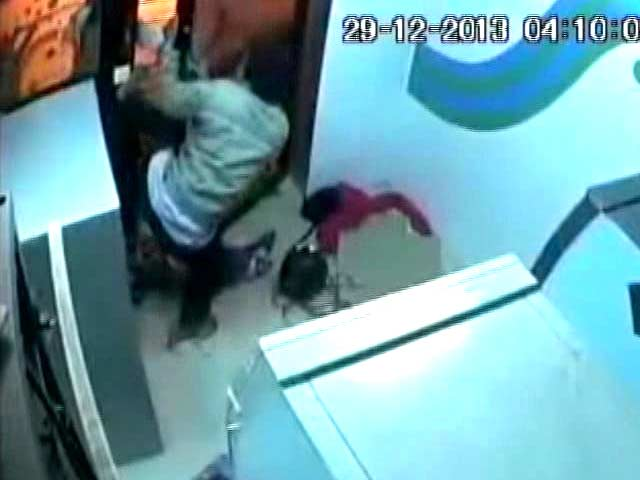 Video : This brave ATM guard grabs machete from robbers, hits one of them