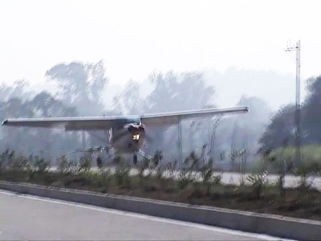 Video : 4-seater plane lands on national highway in Madhya Pradesh
