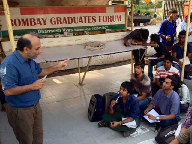 Videos : फुटपाथ पर चलती प्रोफेसर की पाठशाला