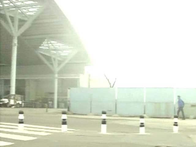 Video : Delhi: Fog hits flight, train operations
