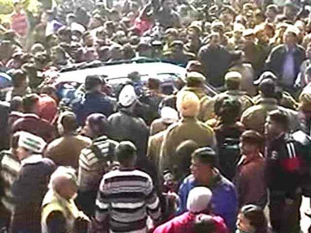 Video : Police stop Kejriwal on his way to <i>dharna</i> outside Home Ministry