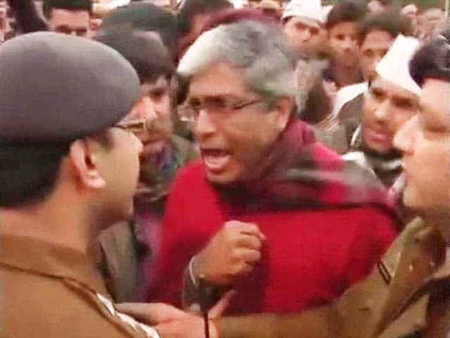 Video : AAP leaders shout at cops, allege supporters are being detained, beaten up