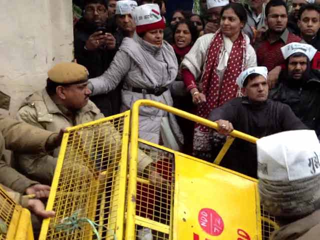 Video : Clash between police, Kejriwal supporters; protesters break barricades
