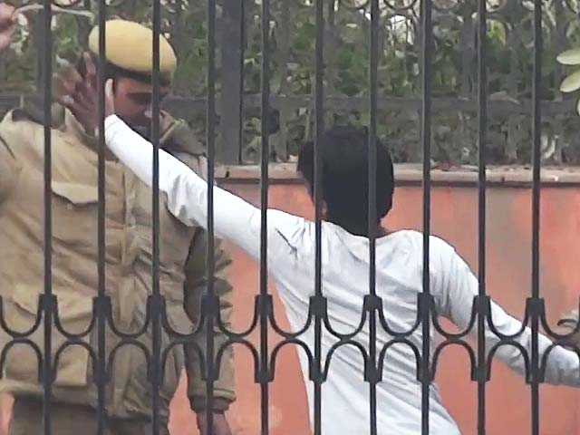Video : AAP posts video of alleged police brutality, says Home Minister should act