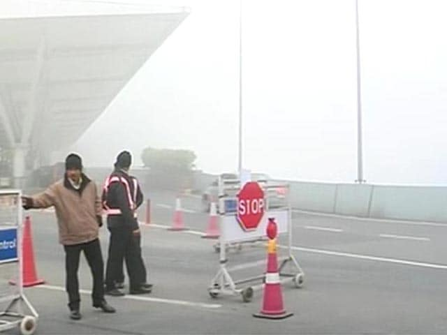 Video : Thick early morning fog engulfs Delhi, 28 flights affected