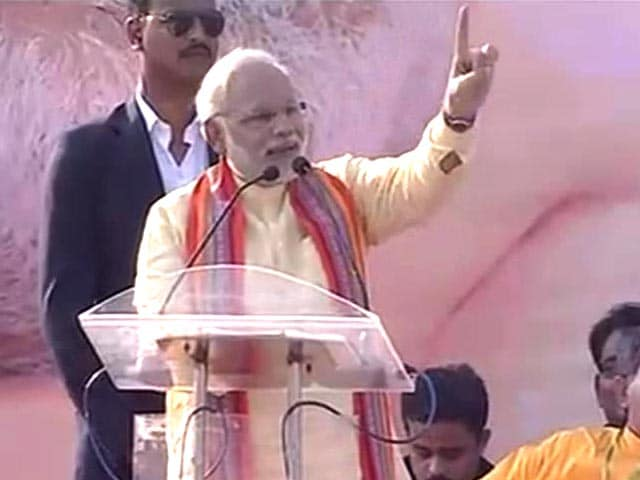Video : Narendra Modi woos Kolkata with Bangla, slams Left but stops short of criticising Mamata
