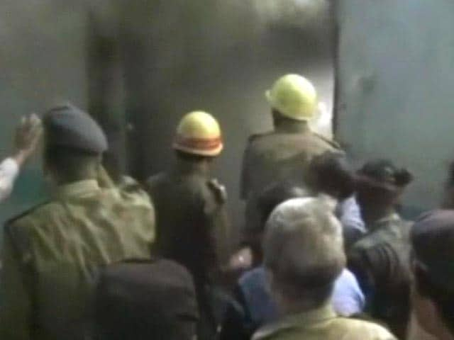 Video : Fire breaks out on Howrah-Delhi Rajdhani in Kolkata
