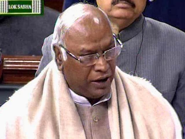 Video : Rail Minister cuts short budget speech after Telangana uproar