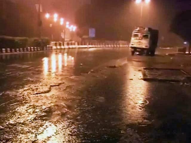Video : दिल्ली में बेमौसम बारिश से लोग परेशान