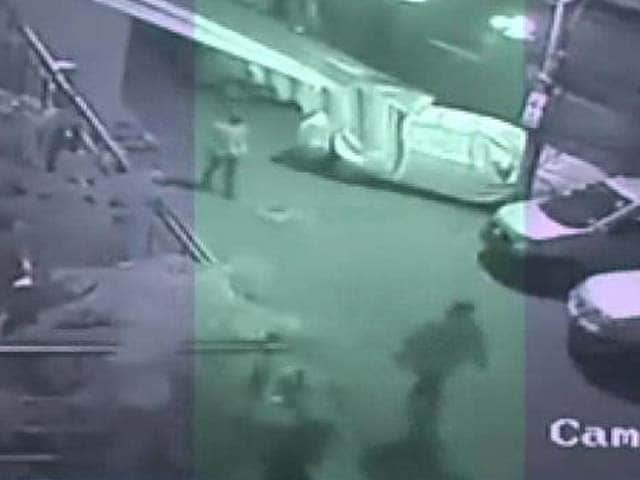 Video : Woman stabbed to death for resisting robbery in Delhi