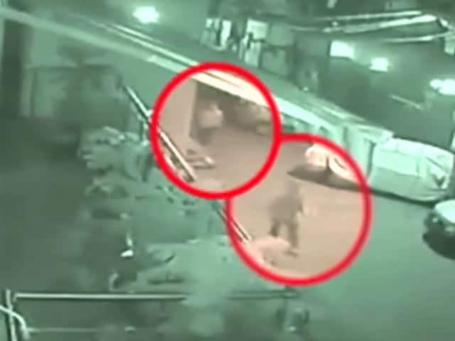 Video : कैमरे में कैद : महिला की चाकू मारकर हत्या