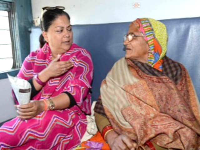 Video : In the season of 'aam aadmi', Vasundhara Raje travels second class