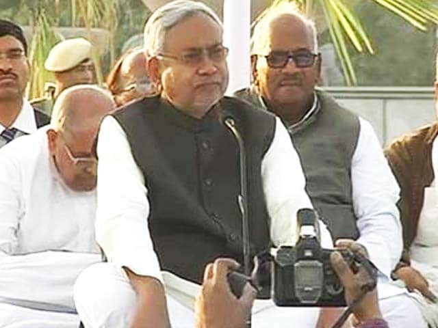 Video : Another chief minister on dharna, this time Nitish in Patna