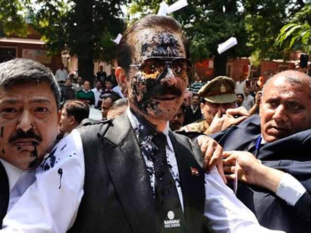 Video : Ink thrown at Sahara chief Subrata Roy as he arrives at Supreme Court